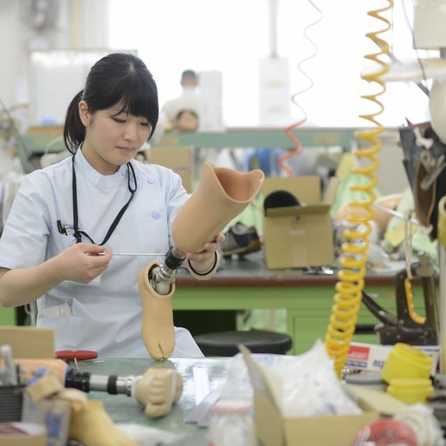 専門学校 日本聴能言語福祉学院 【義肢装具学科】義肢装具士のモノづくりを見学してみよう!3