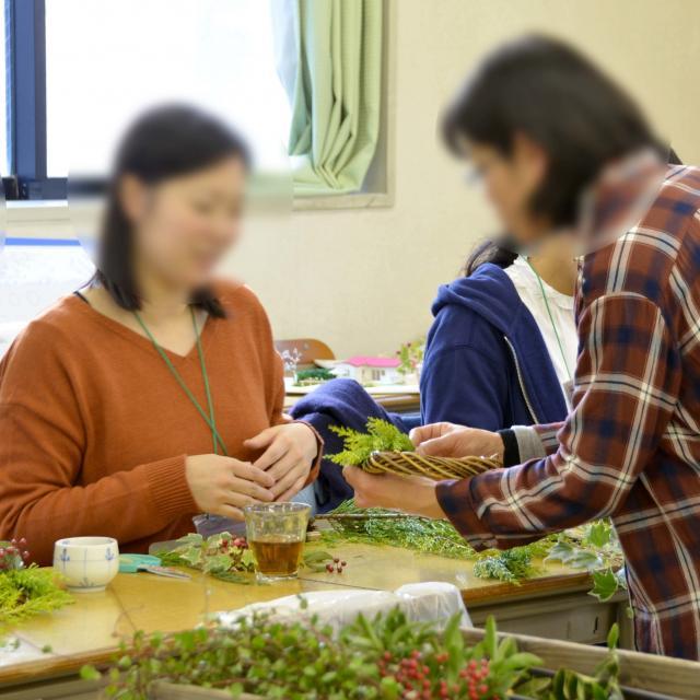 日本ガーデンデザイン専門学校 ナチュラル素材のクリスマスリース作り3