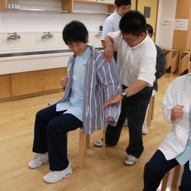 町田福祉保育専門学校 【介護】衣類の着脱介助~介護の仕事プチ体験~1