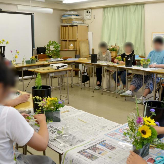 日本ガーデンデザイン専門学校 フラワーショップのディスプレイ方法を学ぶ2
