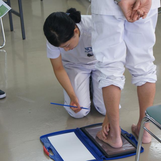 専門学校 日本聴能言語福祉学院 【義肢装具学科】自分の足を分析してみよう!1