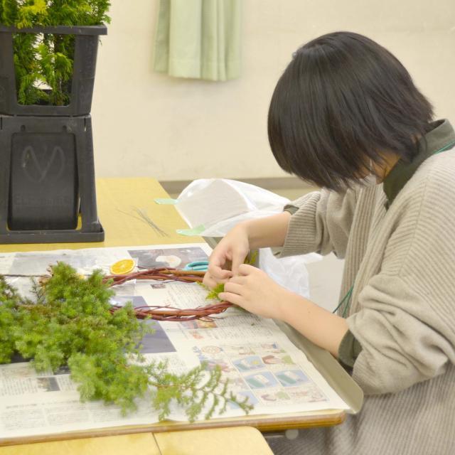 日本ガーデンデザイン専門学校 ナチュラル素材のクリスマスリース作り4