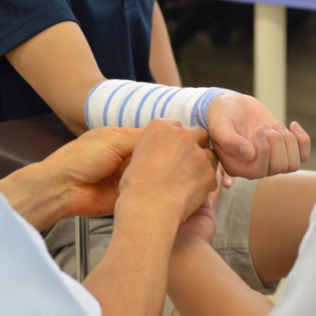 新宿医療専門学校 柔道整復学科★包帯を巻いてみよう!~巻くのは布だが役に立つ~1