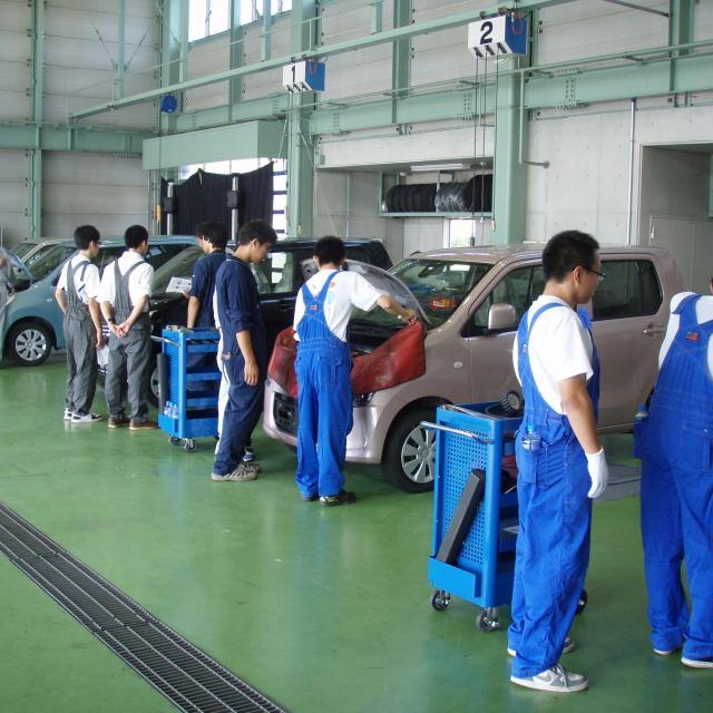 高崎自動車整備大学校 自動車メンテナンス体験1