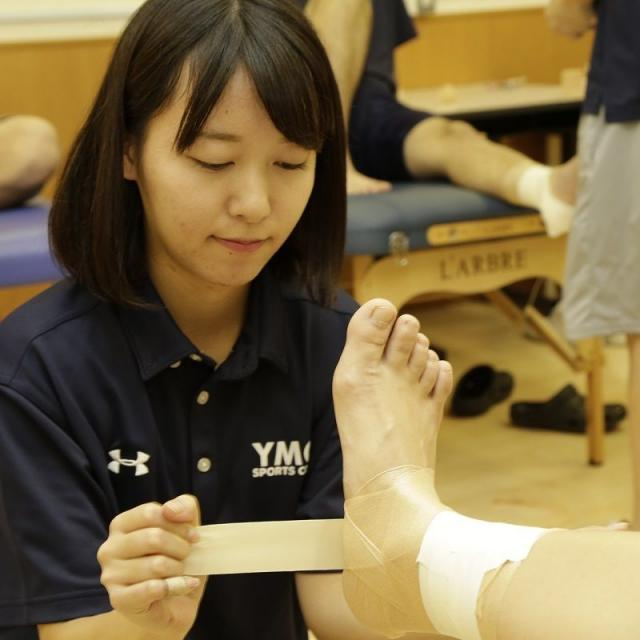 横浜YMCAスポーツ専門学校 スポーツトレーナーに学ぼう!応急手当の基礎テーピング体験1