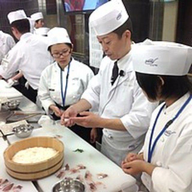 大阪調理製菓専門学校ecole UMEDA 【世界の味覚ビュッフェ開催】体験は海老とサーモンの握り寿司3