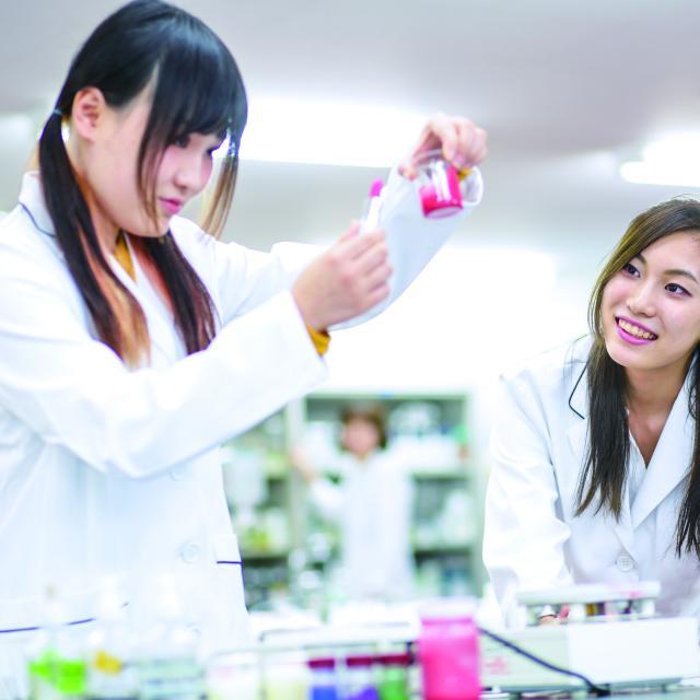 東京医薬専門学校 化粧品総合学科【高1.2】アイシャドウをつくろう!1