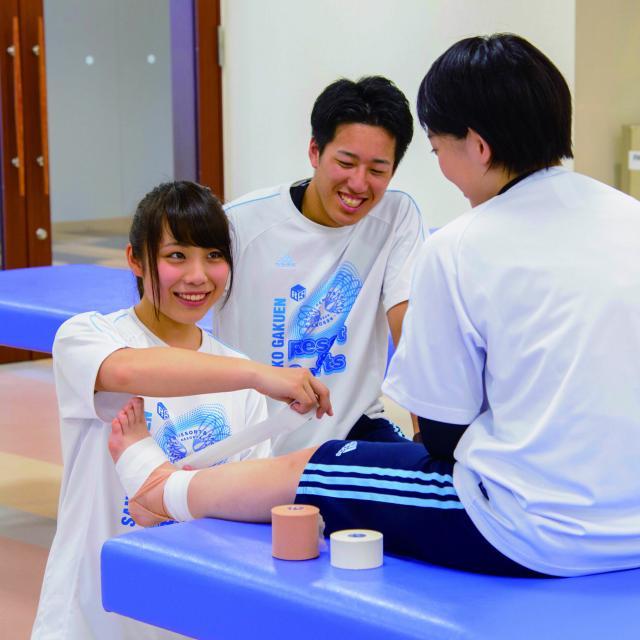 仙台リゾート&スポーツ専門学校 部活で使える!テーピング体験1