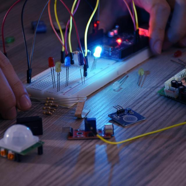 専門学校 東京テクニカルカレッジ 【IoT+AI科】スイッチとLEDを配線して数値を表現しよう1