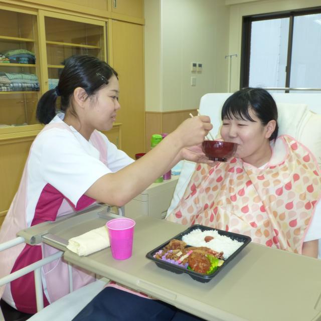 大原保育医療福祉専門学校熊本校 高齢者の気持ちになって食事を体験しよう♪~体験授業&相談会~2