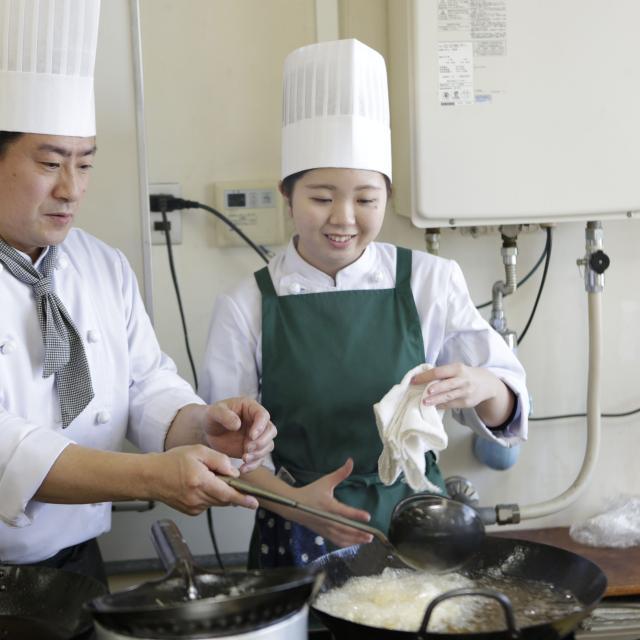 悠久山栄養調理専門学校 上手に延ばそう!~鶏の香料揚げ 春餅(中華風クレープ)包み~2