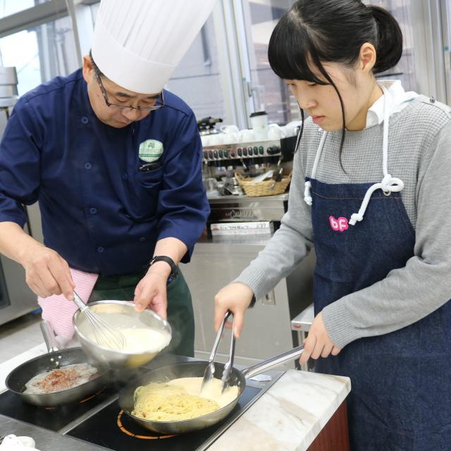 国際ビューティファッション・製菓大学校 ジューシーハンバーグを作ってみよう!2