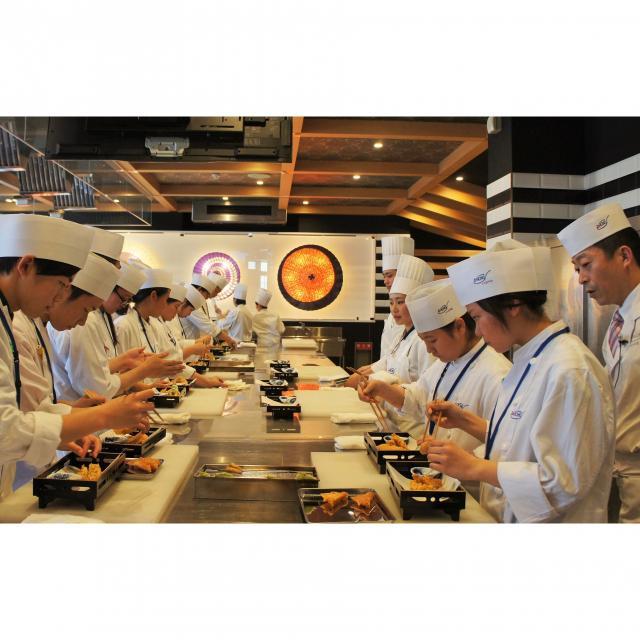 大阪調理製菓専門学校ecole UMEDA 【世界の味覚ビュッフェ開催】体験は海老とサーモンの握り寿司4