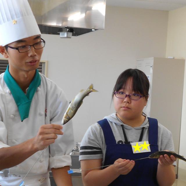 愛知調理専門学校 夏の味覚!鮎の塩焼。串を打って焼いてみよう!3