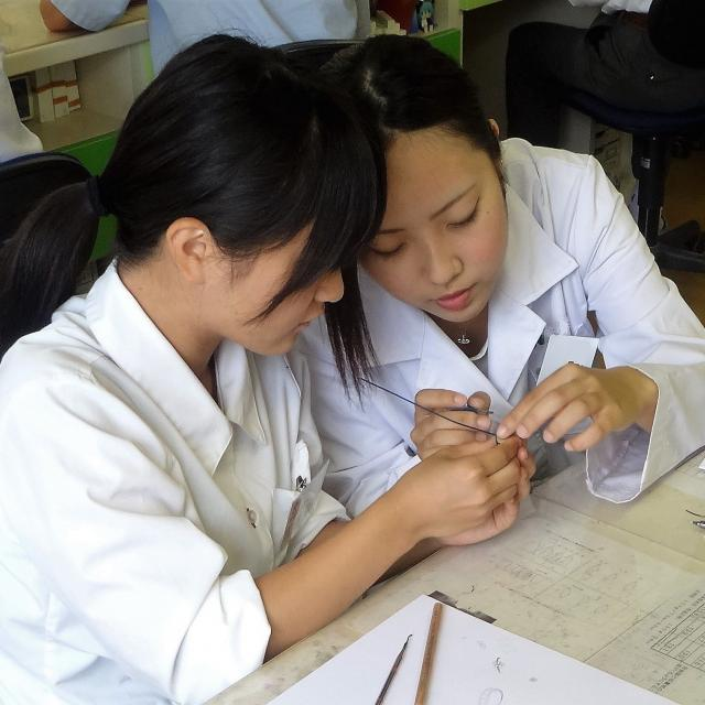 熊本歯科技術専門学校 歯科技工士科 歯科材料を使って実習を体験しよう♪1