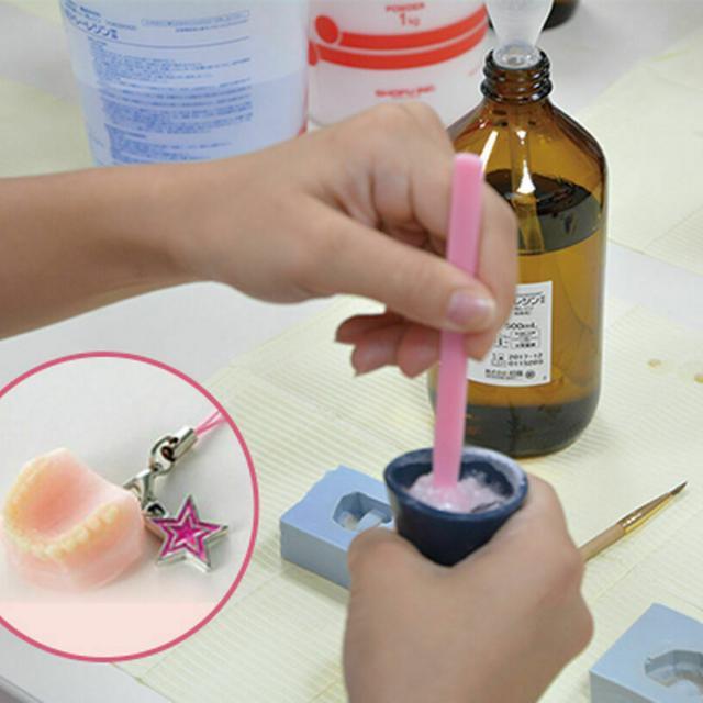 新東京歯科衛生士学校 歯のチャーム作り体験1