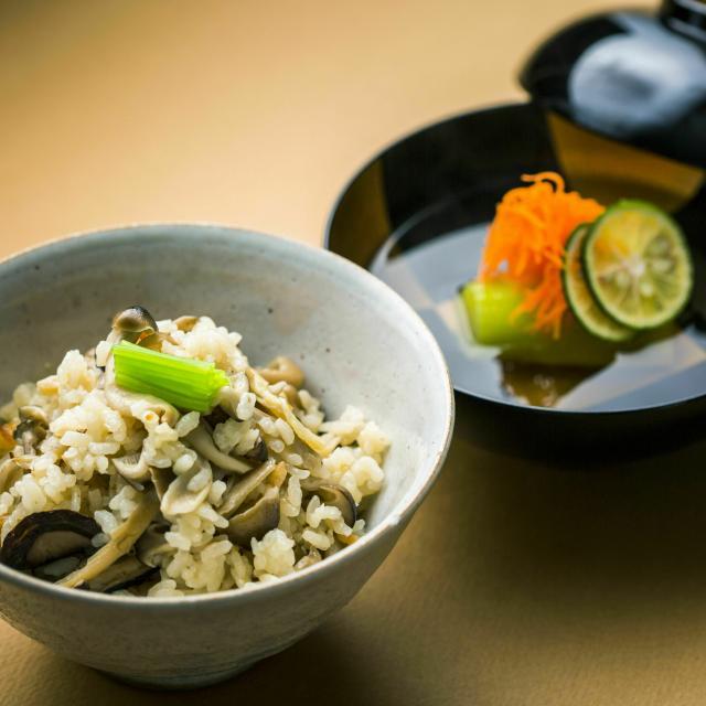二葉栄養専門学校 日本料理:地鶏ときのこの炊き込みご飯+お吸い物1