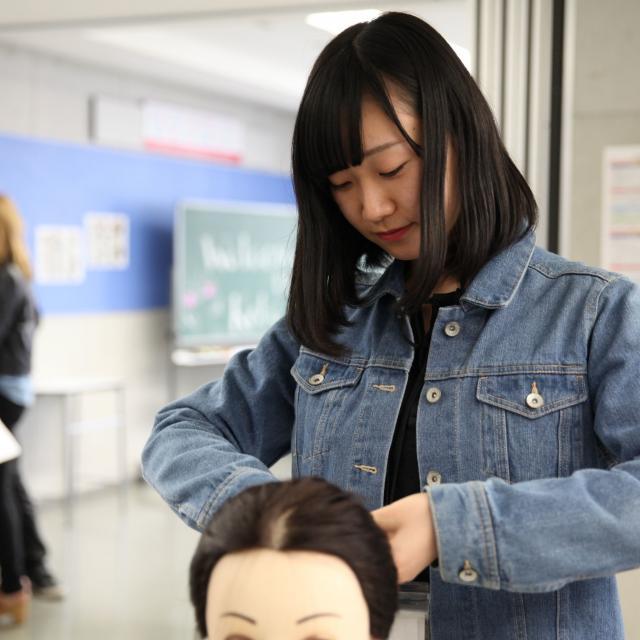 大阪ベルェベル美容専門学校 将来の夢を実際に体験してみよう!1