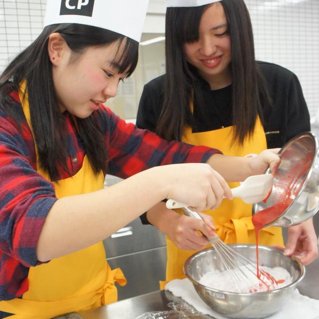 神戸国際調理製菓専門学校 イチゴたっぷりシャルロット・オ・フレーズ2
