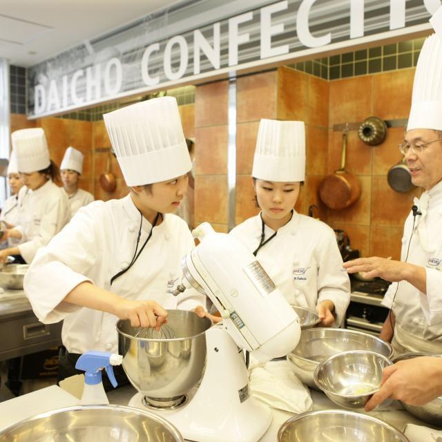 大阪調理製菓専門学校ecole UMEDA 【世界の味覚ビュッフェ開催】体験はフルーツロールケーキ3