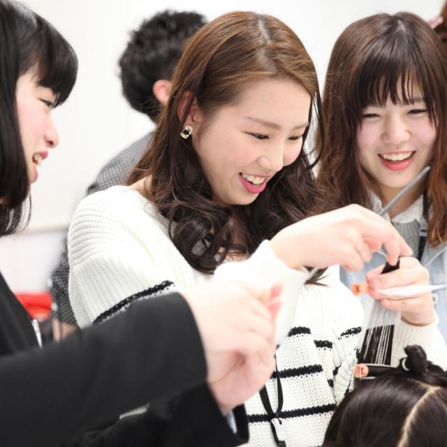 大阪ベルェベル美容専門学校 実際に美容に関する技術に触れて体験しよう!1