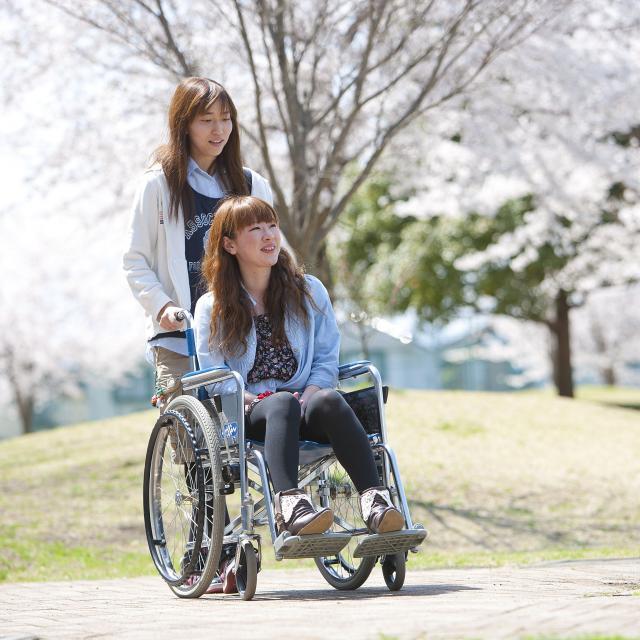 大川学園医療福祉専門学校 車椅子で校舎の中を移動してみよう!1