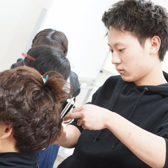 IBW美容専門学校 人気急上昇中のまつエクにチャレンジ!!2
